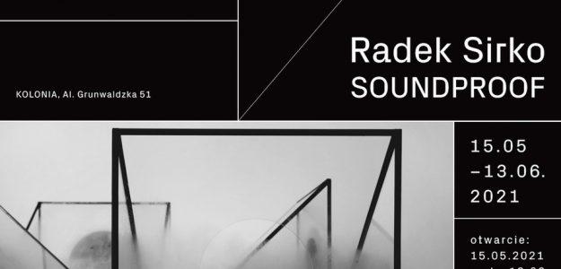 Grafika do wystawy Radka Sirko pt. Soundproof. Czarne tło i białe napisy