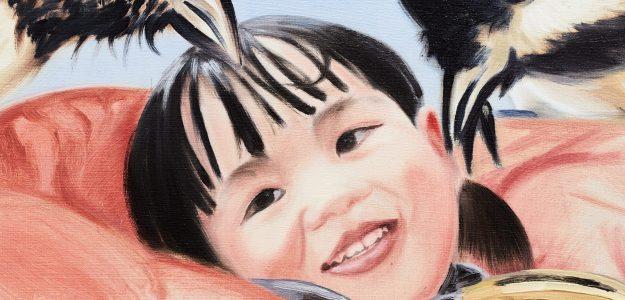 """obraz Zofii Pałuchy """"Rare Blue Air"""". Przedstawia śmiejącą się twarz dziewczynki o czarnych włosach i oczach i nachylone nad nią dwa czarnobiałe ptaki."""